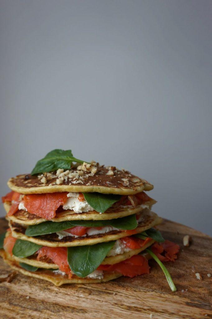 puszyste pancakes z łososiem i orzechami włoskimi